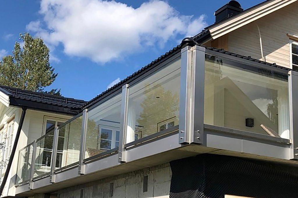 Glassrekkverk med frontmonterte stolper