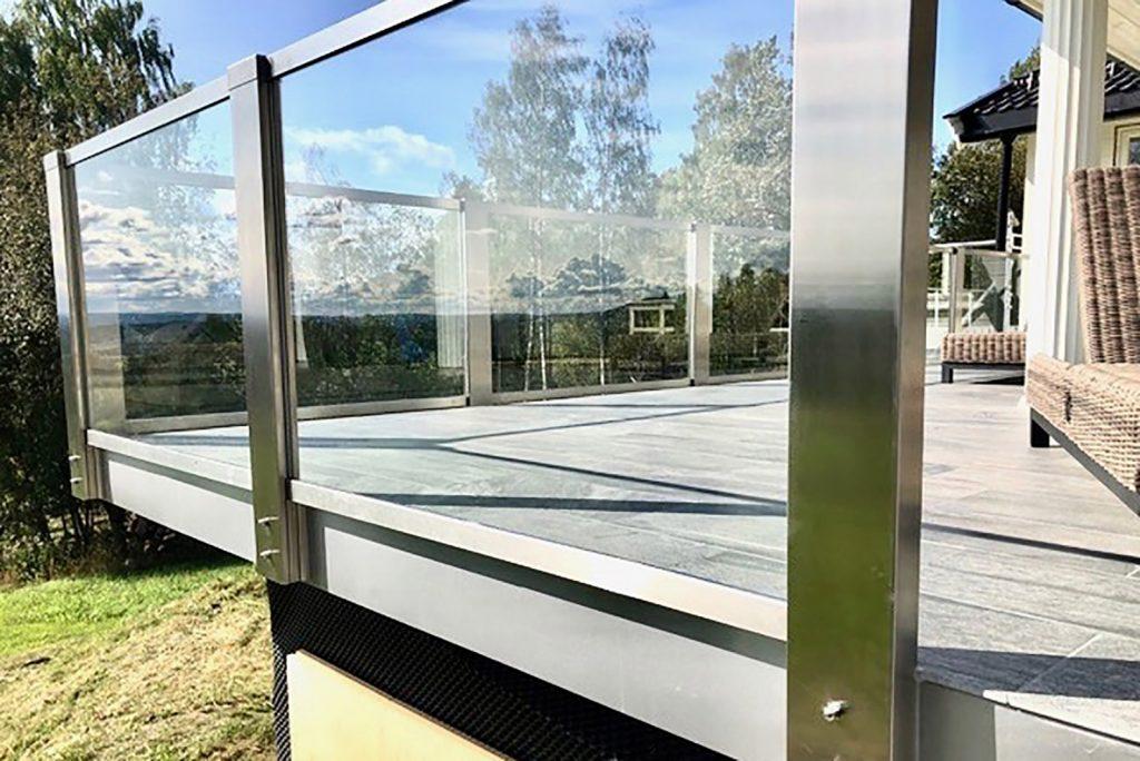 Glassrekkverk med frontmonterte stolper i design Sonate En