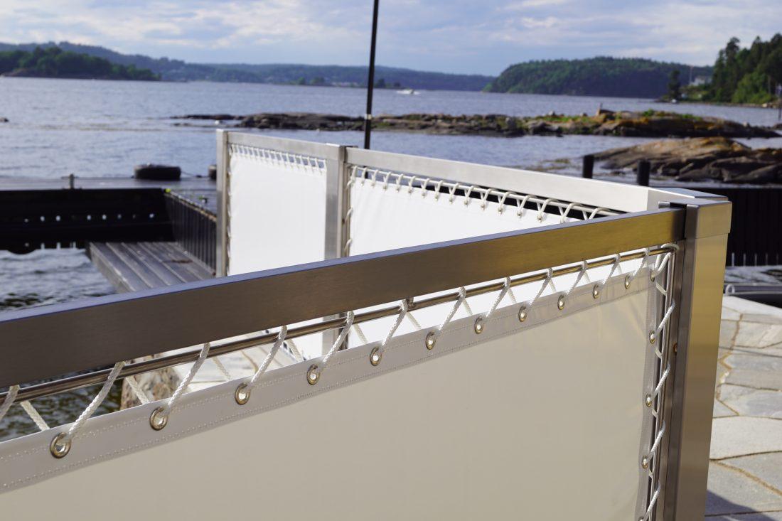Seilduksrekkverk ytterst på bryggen i design Sjanti