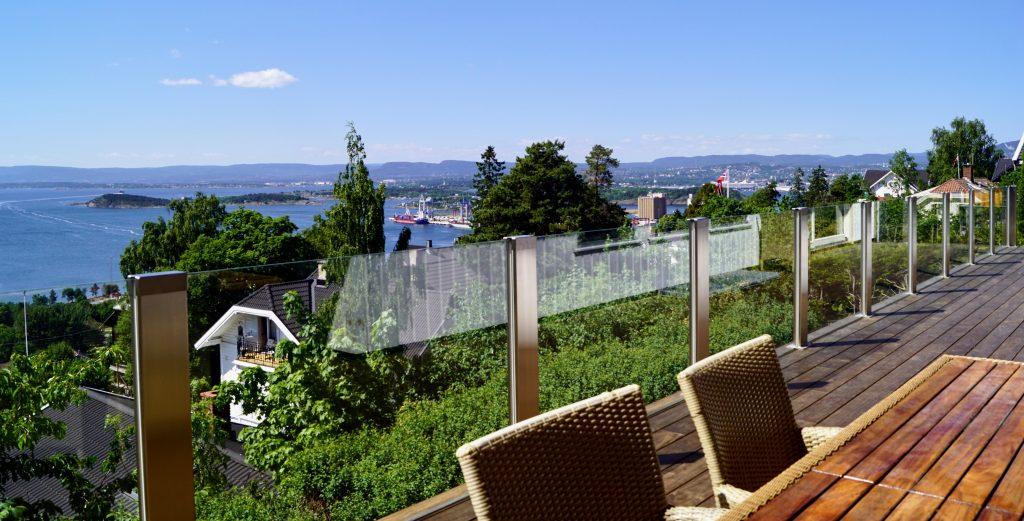 Glassrekkverk på terrassen, design Sonate Zero med klart glass