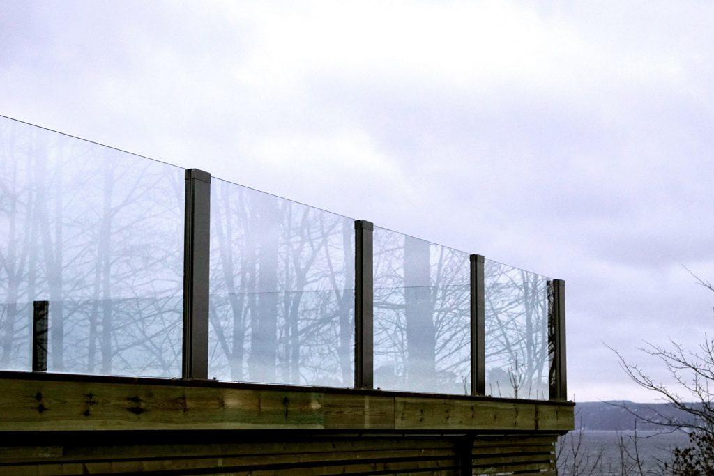 Glassrekkverk på terrassen i design sonate Zero med klart glass -NÆRSNES