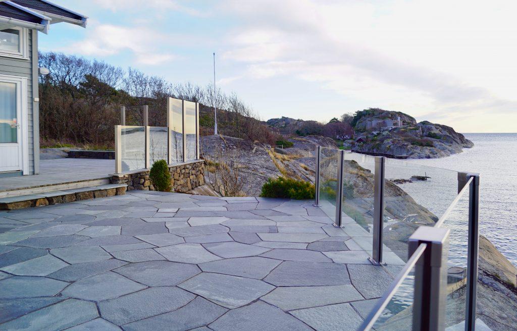 Glassrekkverk og glasslevegg sikrer deg en god utsikt og lun solplass