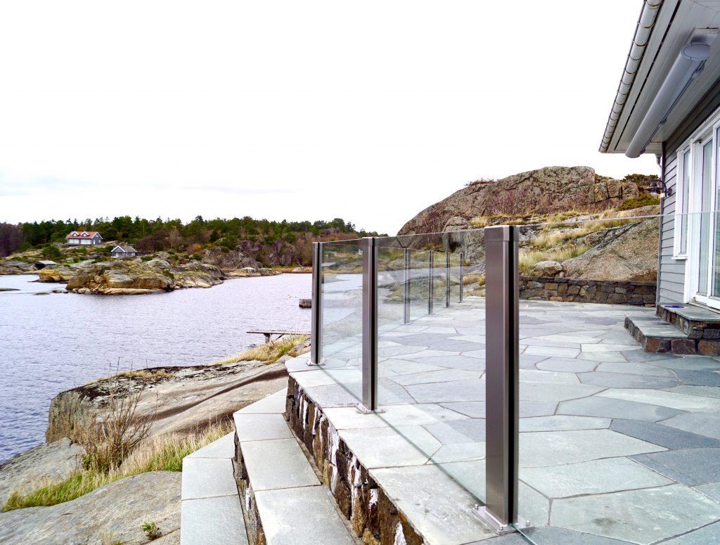 Glassrekkverk sikrer deg god utsikt og en lun solplass