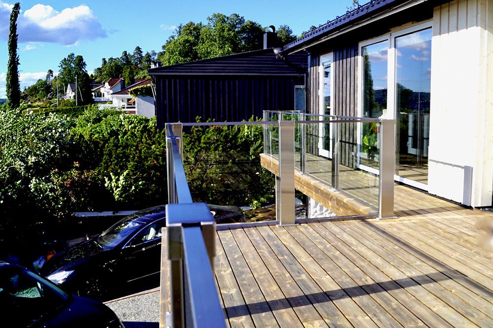 Glassrekkverk på terrassen i Son - design Sonate En.